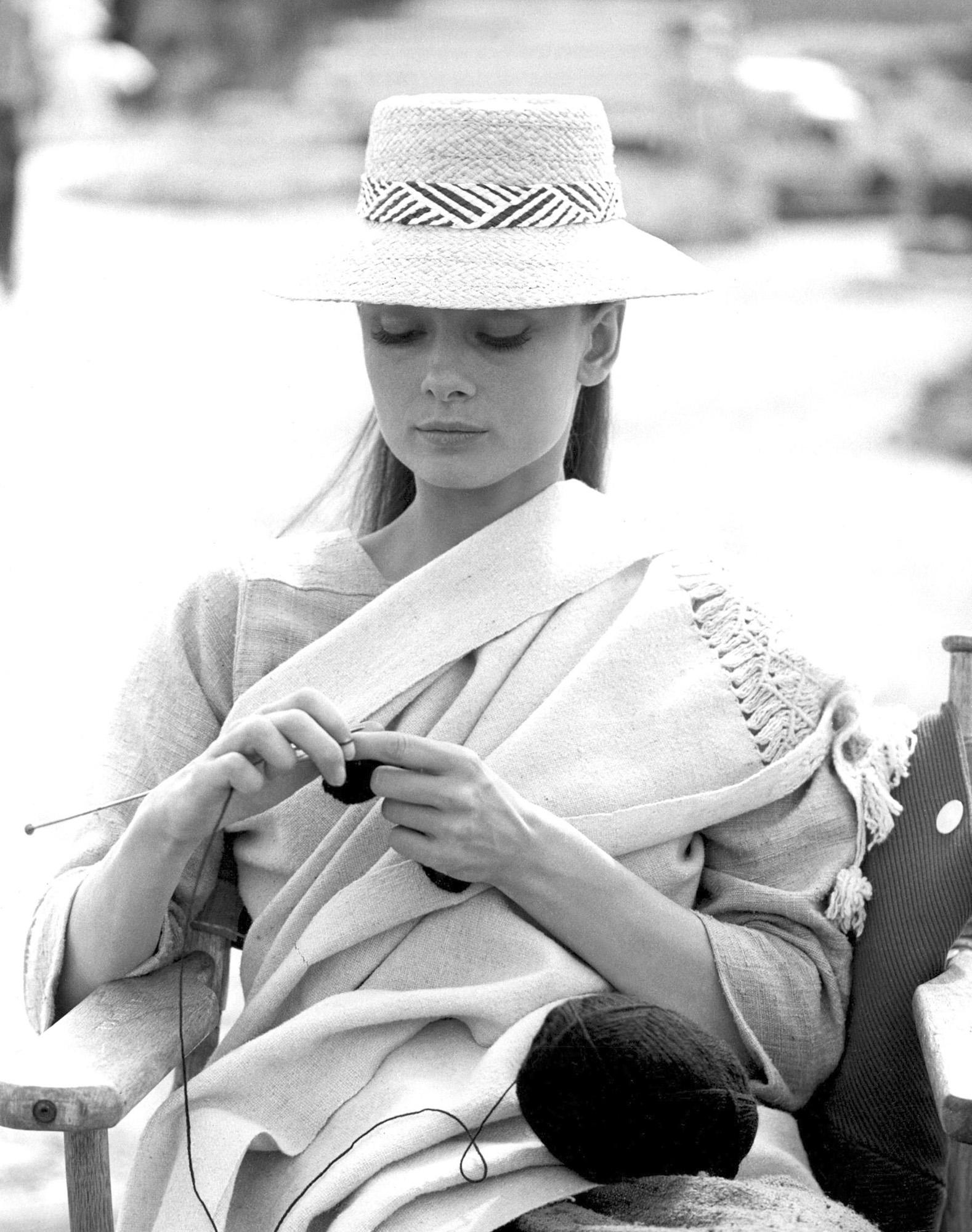 Audrey Hepburn breit een zwarte kasjmier trui op de set van 'Unforgiven' in 1959. Foto afkomstig van https://www.alpacaunlimited.com/blog/knitwear-style-icon-audrey-hepburn/
