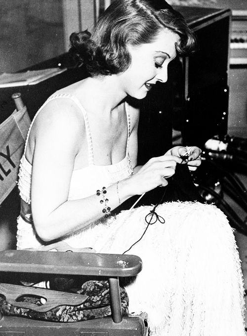 Bette Davis breiend op de filmset, 1937. Foto afkomstig van: http://feitoamao.tumblr.com/post/22316733435/thebettedavis-bette-davis-knitting-on-set