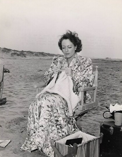 Joan Crawford breit op de set van 'Strange Cargo', 1940. Afbeelding afkomstig van http://www.joancrawfordbest.com/images1940.htm
