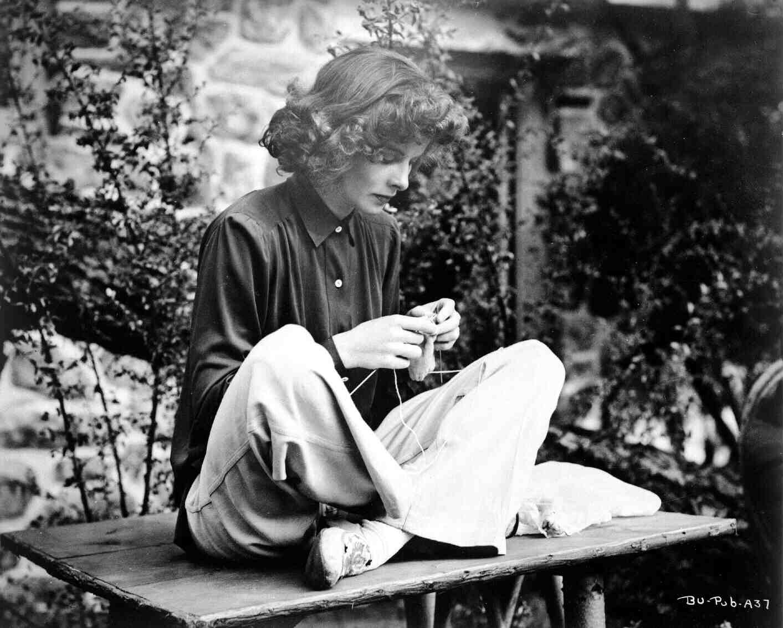 Katharine Hepburn breit op de set van 'Bringing Up Baby' uit 1938. Foto afkomstig van http://www.tcm.com/tcmdb/title/568/Bringing-Up-Baby/tcm-archives.html#tcmarcp-142620-142601