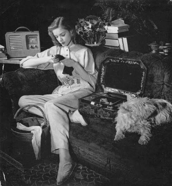 De achttienjarige Betty Bacall in 1942, gefotografeerd door Louise Dahl-Wolfe, samen met Diana Vreeland in het appartement van helena Rubinstien. Who's Who! Puppy! Foto afkomstig van http://monsieurcocosse.blogspot.nl/2016_05_01_archive.html