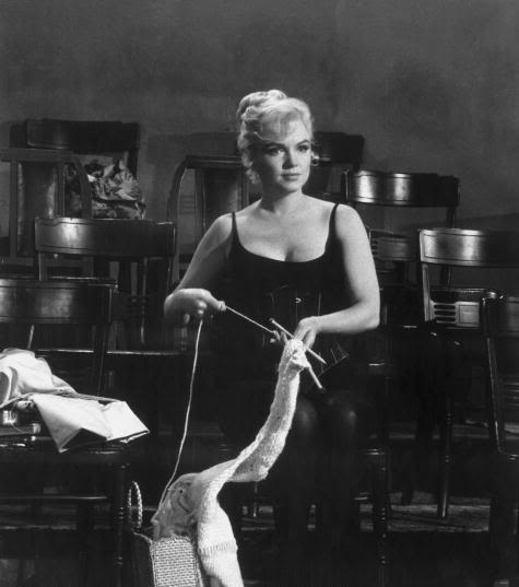 Marilyn Monroe breit op de set van 'Let's Make Love' in 1960. Foto afkomstig van http://feitoamao.tumblr.com/post/1118832541/marilyn-monroe-lets-make-love-1960