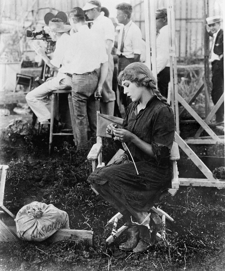 Mary Pickford breit voor gehandicapte Eerste Wereldoorlogsveteranen op de set van Sparrow,s 1926. Foto afkomstig van http://deforest.tumblr.com/post/74366757696/oldhollywood-glamour-mary-pickford-knits-a