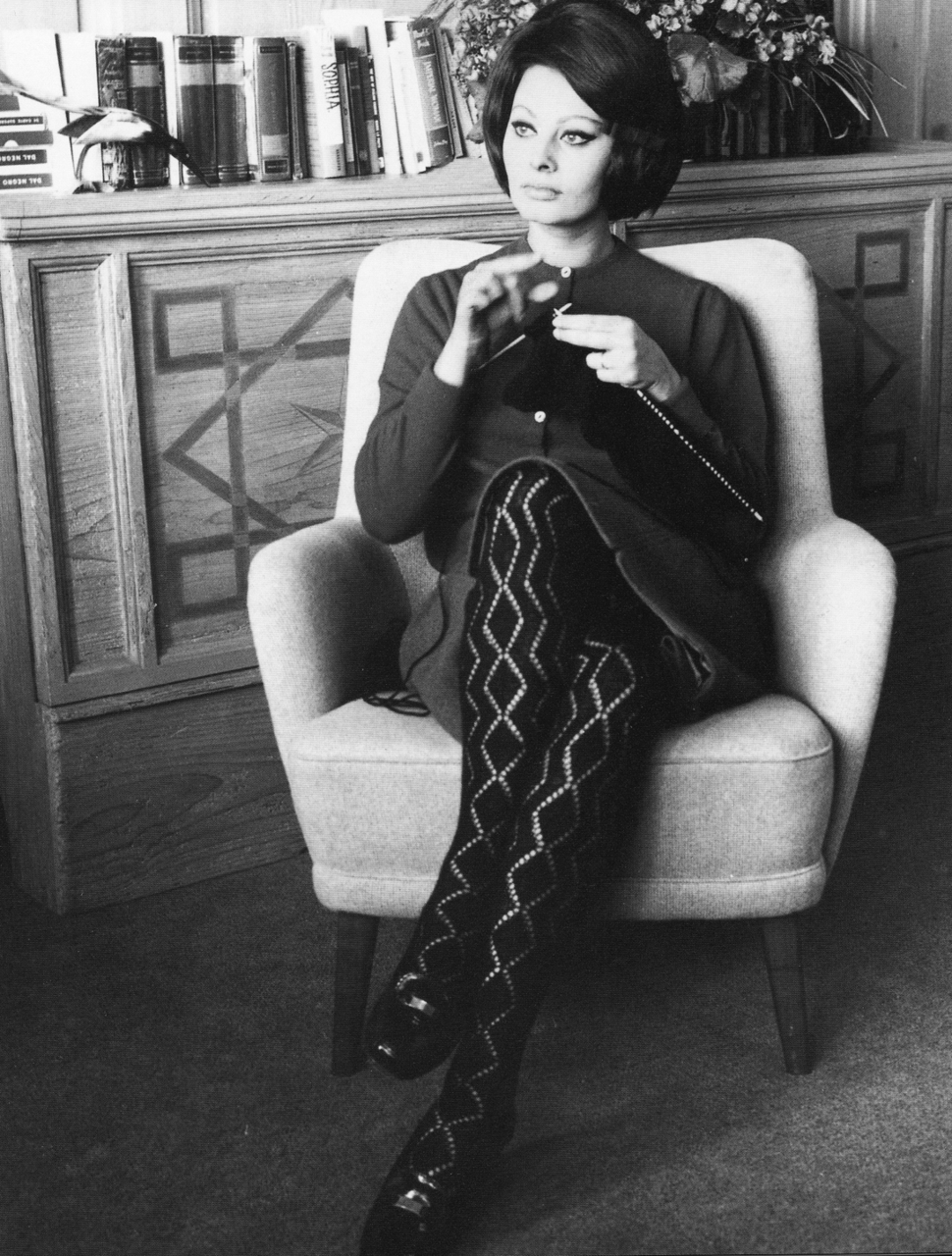 Sophia Loren breit ergens in de jaren '60? Fot afkomstig van http://feitoamao.tumblr.com/post/2054168872/missviciouslovestoknit-vintagegal-sophia