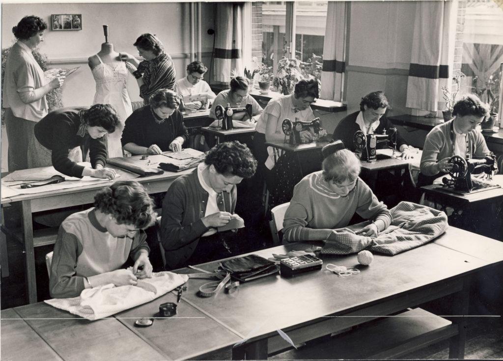 De Breistaat Van het Naadje en de Kous opleiding handwerklerares foto jaren '50